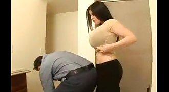 chichona se deja manosear para después agacharse a mamar verga